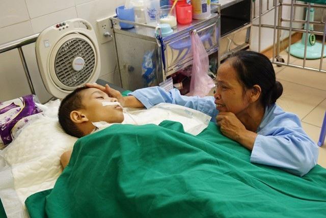 7 tháng cùng con chiến đấu với thần chết, chị Trần Thị Quang vẫn hi vọng con có ngày tỉnh dậy, chạy nhảy với bạn bè...