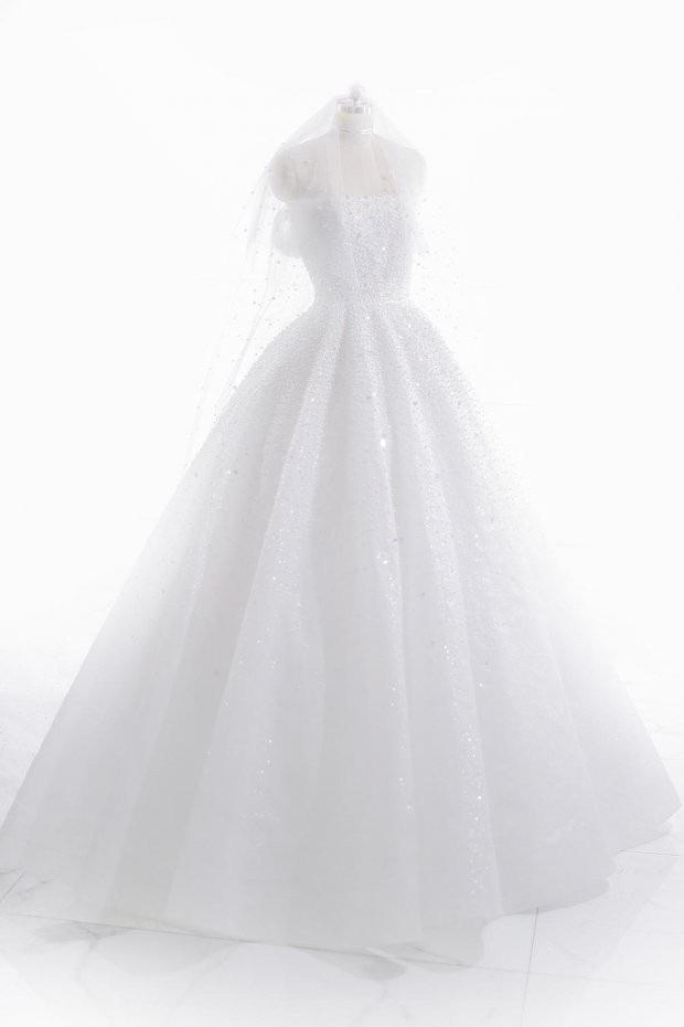 Theo tiết lộ, NTK đã cẩn thận thực hiện váy cưới cho Á hậu Tú Anh trong vòng 1 tháng. 20.000 viên pha lê và đá Swarovski được đính kết trên thân áo và khăn voan đội đầu cực kì tỉ mỉ.