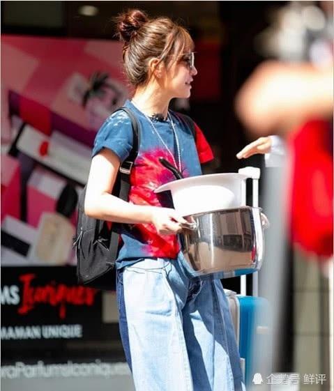 Ngôi sao 41 tuổi cũng thay đổi phong cách thời trang khi thích diện jeans và áo phông như teen girl.