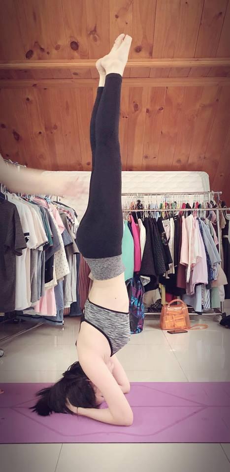 Ngoài ra cô còn tập yoga để rèn luyện sức khoẻ.
