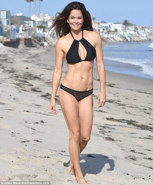 Diễn viên Brooke Burke khoe dáng trên bãi biển Malibu ngày 23/7 vừa qua