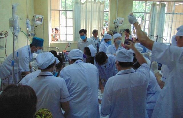 Các y bác sĩ đang tích cực cứu người bị thương.