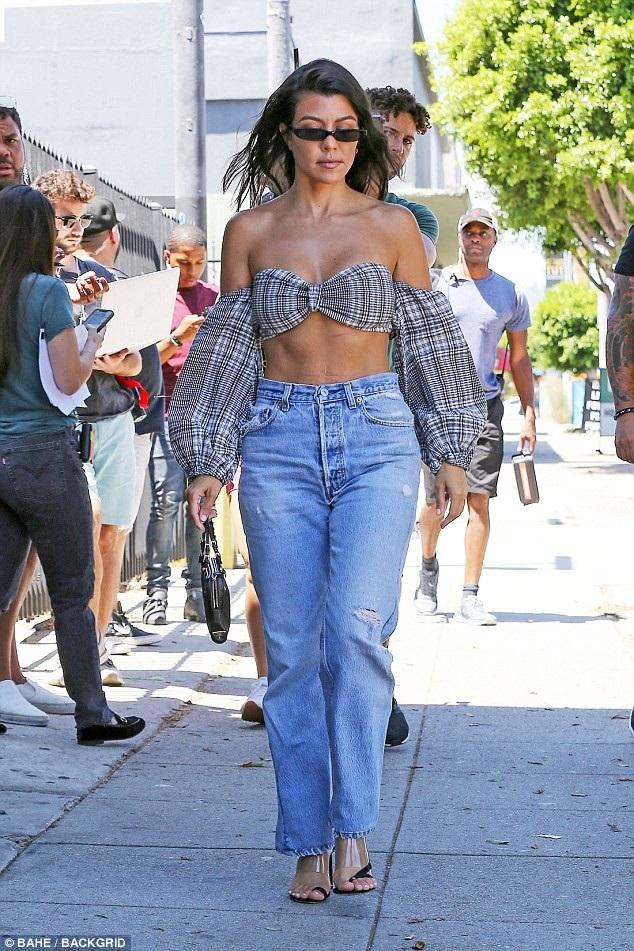 Kourtney Kardashian cuốn hút với áo bé xíu dạo phố - 8