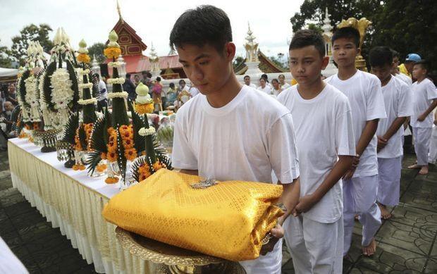 Sau các nghi lễ này, 11 cầu thủ sẽ chính thức trở thành tín đồ tu tập trong khi huấn luyện viên Ekapol sẽ trở thành thầy tu tại chùa bắt đầu từ sáng 25/7. Các em sẽ tu tập tại các chùa khác nhau trong tổng cộng 9 ngày trước khi trở về cuộc sống đời thường vào ngày 4/8. (Ảnh: Reuters)