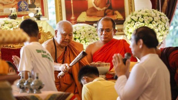 Vào buổi chiều, các thành viên của đội bóng sẽ thực hiện lễ xuống tóc và lễ cầu nguyện tại chùa ở huyện Mae Sai, tỉnh Chiang Rai. (Ảnh: AFP)