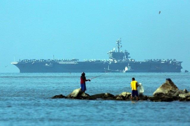 Tàu sân bay USS Carl Vinson của Mỹ neo đậu tại vịnh Manila trong hải trình tới Thái Bình Dương (Ảnh: Philstar)