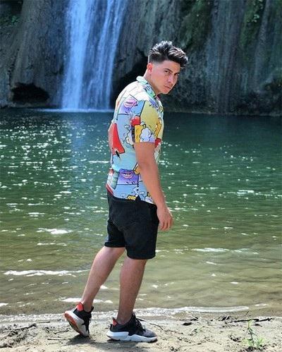 Nam ca sỹ Don Day người Ecuador chụp hình tại thác nước trước khi sự cố xảy ra