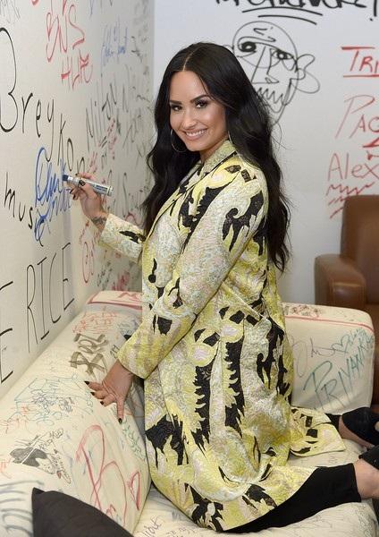 Lovato từng gây sốc khi tiết lộ bố cô nghiện rượu và ma túy, cô cũng nghiện ngập từ năm 17 tuổi.18 tuổi, ca sỹ xinh đẹp đã phải đi cai nghiện lần đầu tiên.