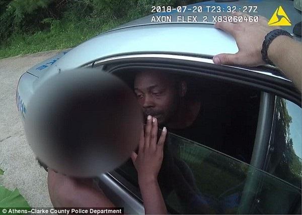 Cậu bé được gặp và nói chuyện với cha mình, khi này đang bị bắt giữ trên xe cảnh sát