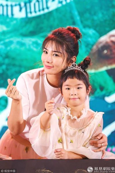 Hai mẹ con Huỳnh Dịch đã có màn kết hợp ăn ý.