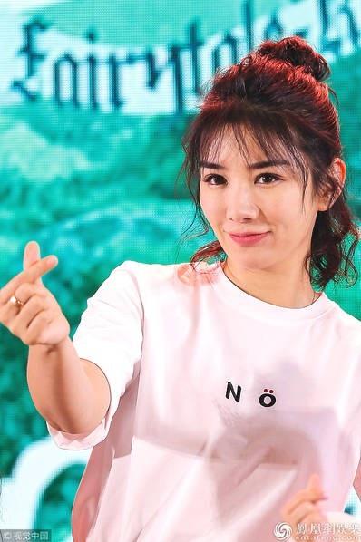 Huỳnh Dịch trông khá trẻ so với cách tạo hình và phong cách thời trang này.