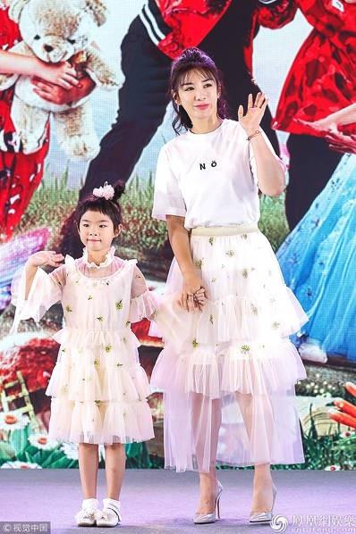 Ngày 25/7, cô tham gia một chương trình truyền hình cùng con gái.