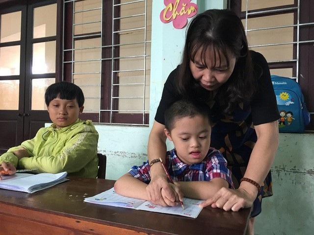 Với tình thương với các em học sinh khuyết tật, các cô giáo luôn kiên trì, nỗ lực hết mình để dìu dắt học sinh vươn lên, hòa nhập cộng đồng (Ảnh: Tiến Thành)