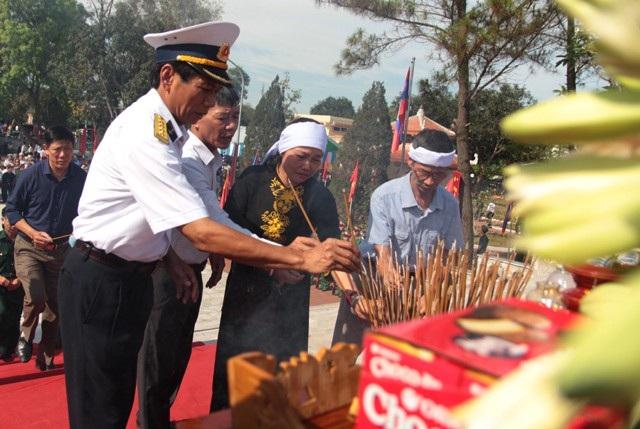 Thân nhân liệt sĩ Nguyễn Đình Quảng dâng hương tại Lễ an táng 98 chuyên gia và quân tình nguyện Việt Nam hi sinh tại nước bạn Lào được quy tập, đưa về an táng tại Nghệ An hồi tháng 5/2018.