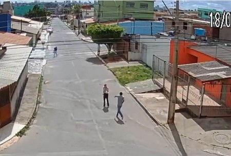 Tên cướp cầm súng ra chặn đường Lorrana giữa ban ngày ban mặt