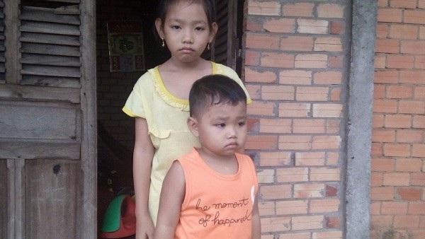 Hai đứa trẻ đang ngày đêm mong chờ mẹ trở về