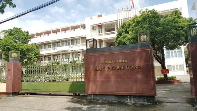 Sở TN&MT tỉnh Bắc Giang kết luận việc Chủ tịch UBND TP không ban hành quyết định giải quyết mà ban hành Công văn số 594/UBND-TNMT ngày 31/3/2017 để trả lời nội dung đơn của ông Bắc là vi phạm quy định tại khoản 3, Điều 6, Luật khiếu nại năm 2011.