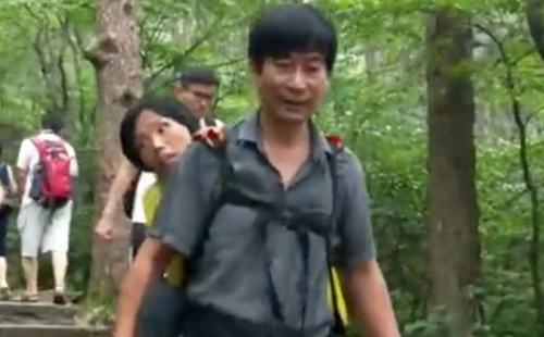 Chồng cõng vợ tàn tật đi thăm núi Hoàng Sơn - một trong 10 ngọn núi nổi tiếng nhất Trung Quốc