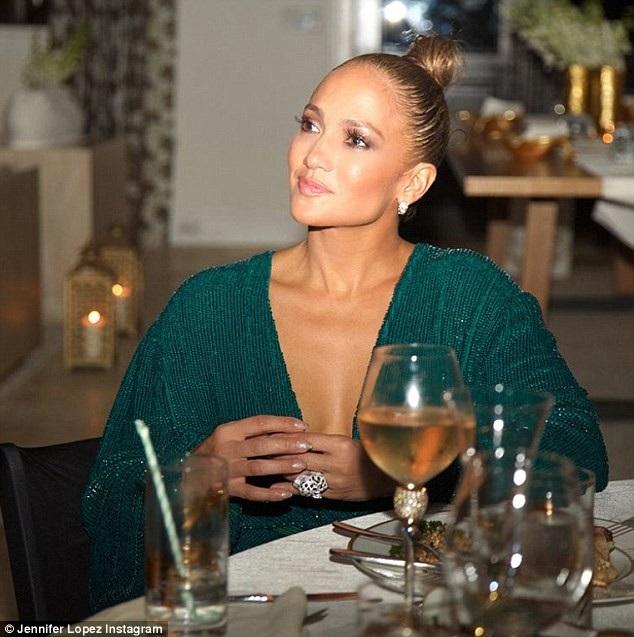 Jennifer Lopez khoe ảnh sinh nhật xa hoa tại Bahamas. Trên tay cô lấp lánh chiếc nhẫn mới giá gần 200 nghìn USD của hãng Cartier