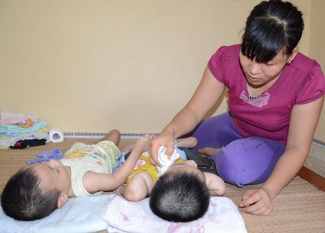 Để các con được đến viện, người mẹ này đã phải vay mượn khắp nơi.