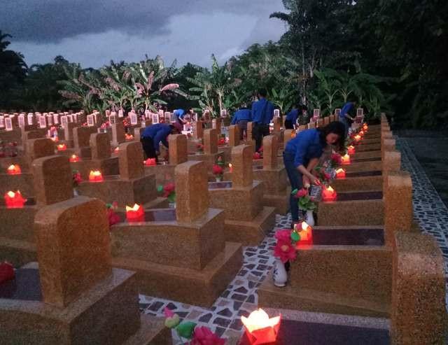 Các bạn trẻ huyện U Minh thắp nến tri ân những anh hùng liệt sĩ.