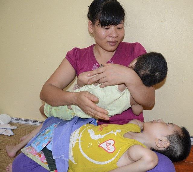 Bản thân chị lại không có việc làm, nên sau hơn10 năm trời chạy chữa cho các con gia đình đã rơi vào cảnh khánh kiệt.