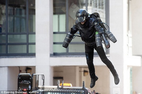 Bộ giáp Gravity Jet Suit được trang bị những động cơ phản lực cỡ nhỏ ở tay và ở lưng để đẩy người mặc lên không trung