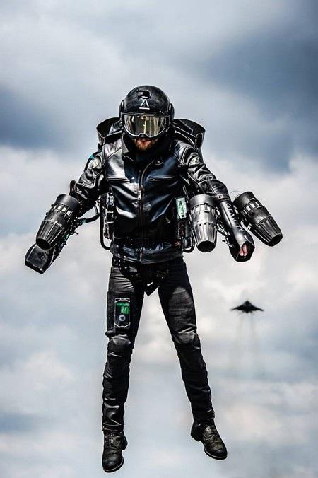Trong tương lai bộ trang phục này được hy vọng sẽ sử dụng như một phương tiện cá nhân để bay lượn từ nơi này đến nơi khác
