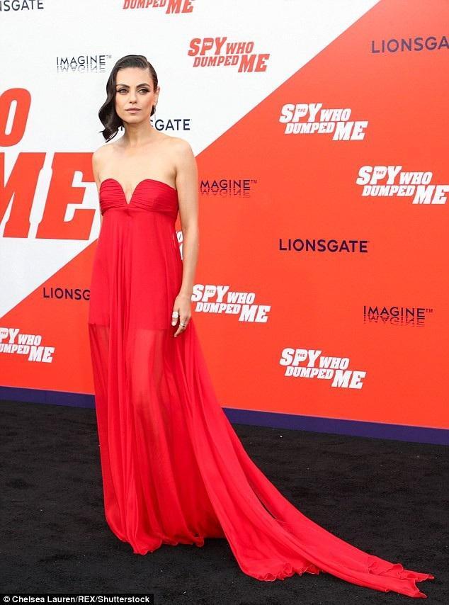 Thiên nga đen Mila Kunis đẹp yêu kiều với váy đỏ rực