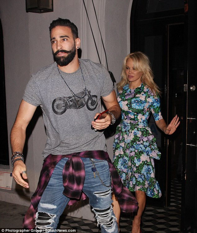 Pamela Anderson bị bắt gặp đi ăn tối tại một nhà hàng ở Hollywood với bạn trai Adil Rami