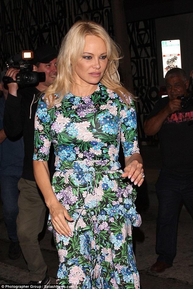 Nữ diễn viên 51 tuổi diện váy hoa giá 2000 USD của Balenciaga