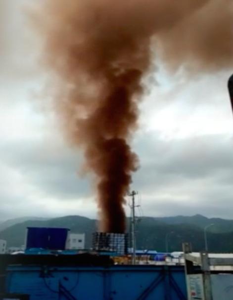 Cột khói nâu đen cao hàng chục mét xả ra từ Nhiệt điện Vĩnh Tân 1.