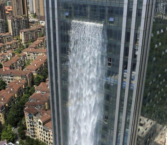 Thác nước nhân tạo cao 108m đang xả nước. (Nguồn: Hongkong Financial)