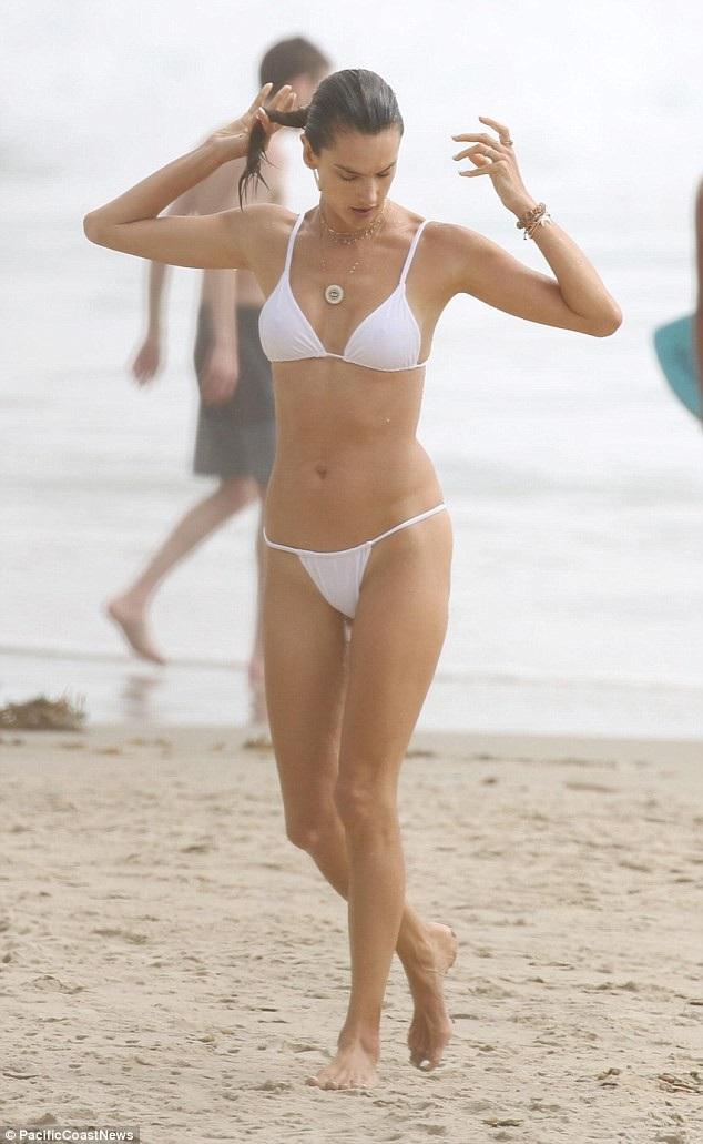 Alessandra Ambrosio thư giãn trên bãi biển ở San Diego, California, Mỹ cùng gia đình