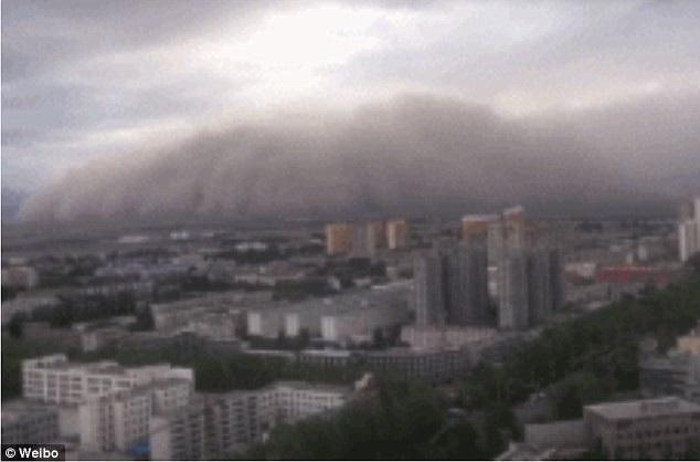 Hình ảnh bão cát như muốn nuốt chửng cả thành phố