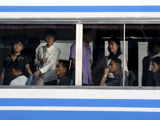 Người dân Bình Nhưỡng di chuyển trên xe điện để đi lại. Ngoài tàu điện ngầm, xe điện hay xe bus đều là những phương tiện giao thông công cộng phổ biến với người dân ở thủ đô.