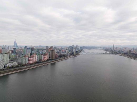 Hình ảnh đường chân trời ở thành phố Bình Nhưỡng và dòng sông Taedong.