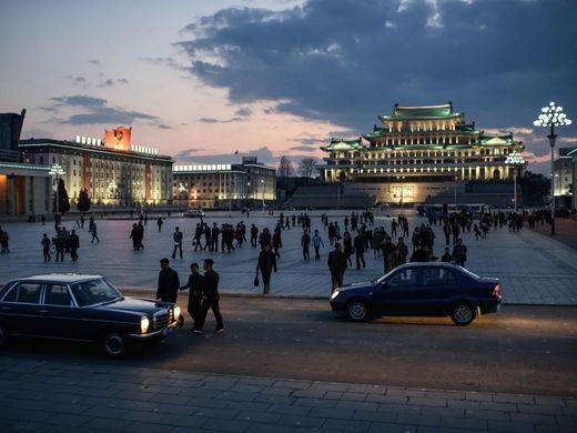 Người dân tới quảng trường Kim Il Sung để thưởng thức các tiết mục bắn pháo hoa trong ngày lễ kỷ niệm ngày sinh của nhà lãnh đạo này.