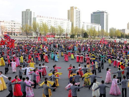 Người dân Triều Tiên ca hát trong một ngày lễ chào mừng tổ chức tại thủ đô Bình Nhưỡng.