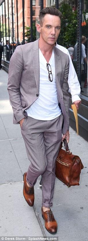 Hình ảnh chỉn chu của nam diễn viên 41 tuổi khiến fans vui mừng bởi cách đây ít ngày, anh đã bị tạm giữ tại sân bay Los Angeles vì gây rối trên máy bay