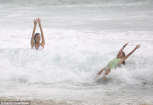 Siêu mẫu kỳ cựu người Brazil dành cả mùa hè thư giãn ở các bãi biển nổi tiếng