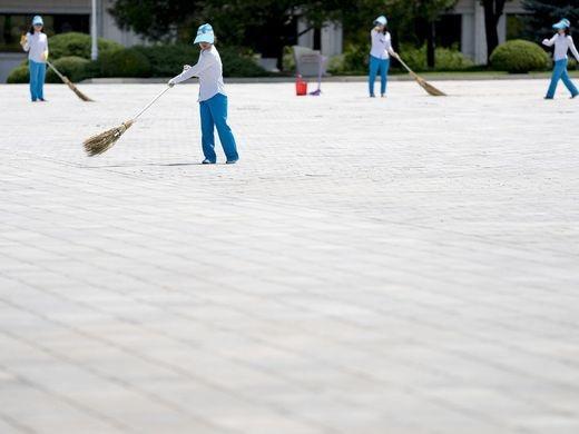 Những người lao công quét rác dọn vệ sinh tại quảng trường. Ảnh chụp hôm 7/7.