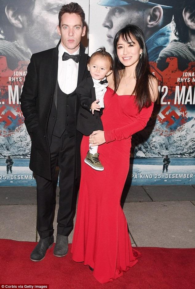 Vợ của Jonathan Rhys Meyers sau đó đã lên tiếng bênh vực chồng và xin lỗi các hành khách đi cùng chuyến bay