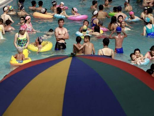 Người dân thuộc tầng lớp trung lưu ở Triều Tiên dành thời gian thư giãn tại một bể bơi trong nhà tại công viên nước Munsu ở Bình Nhưỡng vào ngày nắng nóng. Hình ảnh chụp hôm 24/7 vừa qua.