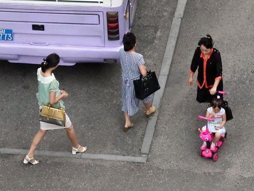 Người dân đi bộ qua tuyến phố gần khách sạn Koryo ở Bình Nhưỡng. Ảnh chụp hôm 5/7.