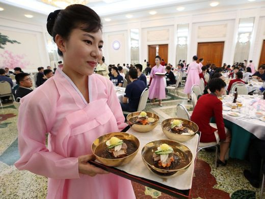 Những tiếp viên phục vụ xinh đẹp trong nhà hàng Okryugwan ở Bình Nhưỡng. Họ đang phục vụ món naengmyeon. Đây là món mỳ lạnh truyền thống ở Triều Tiên, từng gây sốt tại Hàn Quốc trong thời gian qua.