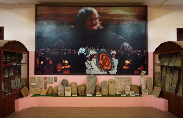 Khu trưng bày những tấm bia mộ liệt sĩ tại Nhà tưởng niệm và trưng bày di vật liệt sĩ Bảo tàng Quân khu 4