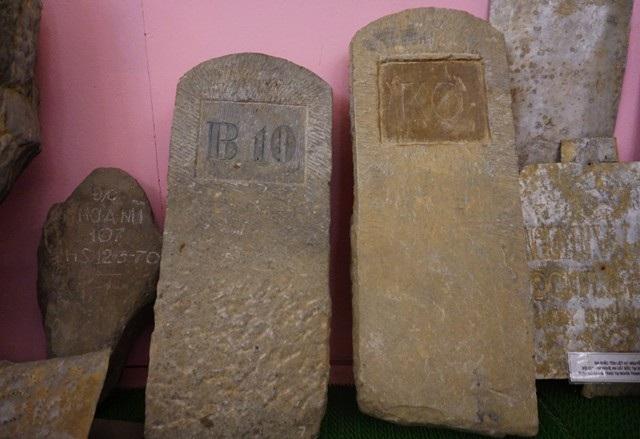 Những tấm bia bằng đá được đục, khắc rất kỳ công nhưng chỉ có những ký hiệu như B10, K6... Những kí tự này hiện đang là ẩn số cần được giải mã.