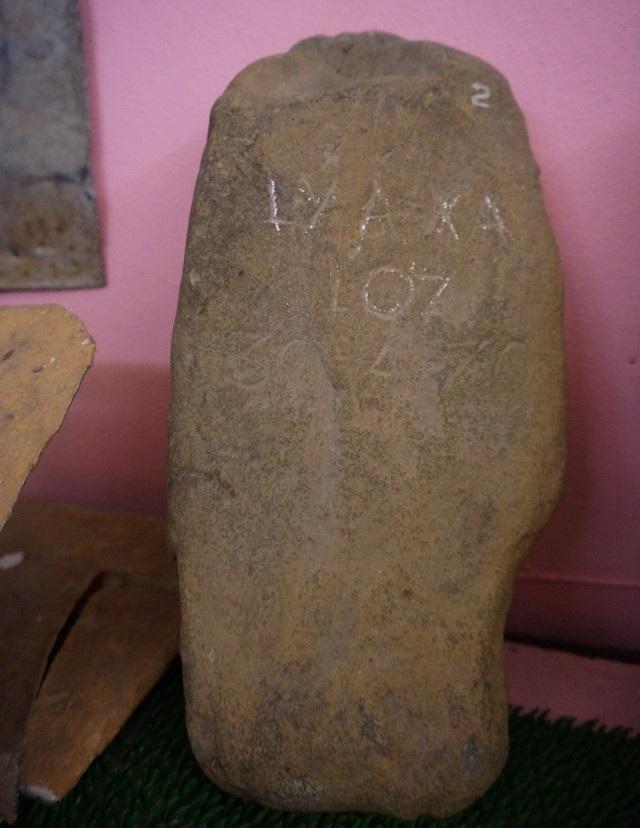 Tấm bia mộ có khắc dòng chữ Ly A Xa 107. Căn cứ vào thông tin ghi trên tấm bia này có thể người chiến sĩ đã hi sinh vào ngày 30/4/1970. Tấm bia được tìm thấy cùng hài cốt liệt sĩ tại Mường Cút, Viên Thong, tỉnh Hủa Phăn, Lào.