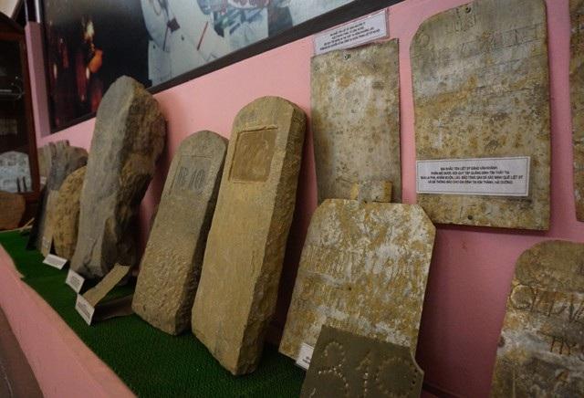Những tấm bia mộ liệt sĩ làm bằng nhiều chất liệu, kích cỡ, hình dáng khác nhau được tìm thấy trong quá trình quy tập hài cốt liệt sĩ. Với những thông tin được khắc trên bia, một số trường hợp đã xác định được danh tính, đơn vị, quê quán của liệt sĩ.